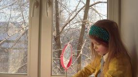 女孩申请狂欢节的构成在她的面孔 股票视频