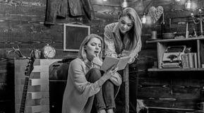 女孩被激发关于新的工作由喜爱的作家,文学讨论俱乐部,诗歌夜 书痴,母亲和 库存照片
