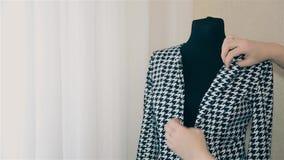 女孩设计师在时装模特的妇女的衣物调直黑白夹克1080 股票录像