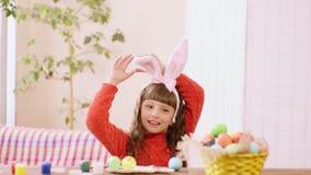 女孩调整她的兔宝宝耳朵 影视素材