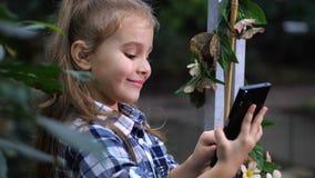 女孩采取与蝴蝶的一selfie 摆在屏幕前面的婴孩 4K缓慢的mo 影视素材