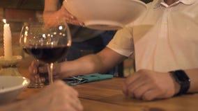 女服务员服务人在桌上,当平衡在典雅的咖啡馆时的晚餐 得到命令食物的人在餐馆 浪漫 股票视频