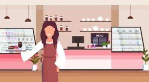 女服务员有现代蛋糕和热奶咖啡咖啡馆工作者服务的客户微笑的妇女的身分的藏品盘子 库存例证