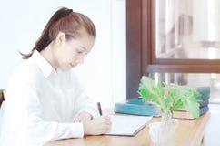 女服白色衬衫和饮料咖啡 库存图片