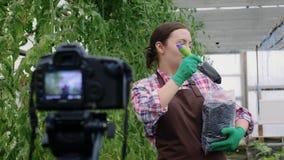 女性博客作者记录关于从事园艺的录影她的vlog的 影视素材