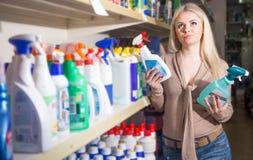 女性顾客买的洗涤剂 免版税库存图片