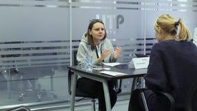 女性hr经理与求职者沟通在聘用期间在高科技公园米斯克,白俄罗斯11 24 18 股票视频