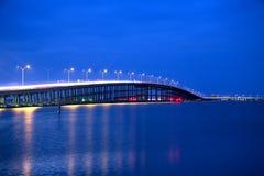 女王伊莎贝拉纪念桥梁在从港伊莎贝尔,得克萨斯的蓝色小时内 图库摄影