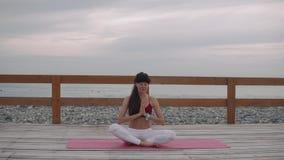 女运动员集中呼吸的开会盘在海滨的腿 股票录像