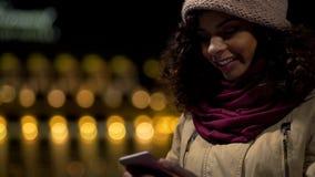 好心情的愉快的两种人种的女孩聊天在有男朋友的信使的,笑 库存照片