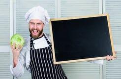 如何烹调圆白菜 首席厨师教的主要类在烹饪学院 给烹饪课的主要厨师 教育  免版税图库摄影