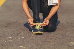 妇女亚洲体育、健身、锻炼和生活方式概念-系带教练员鞋子的赛跑者妇女 库存图片