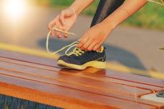 妇女亚洲体育、健身、锻炼和生活方式概念-系带教练员鞋子的赛跑者妇女 图库摄影