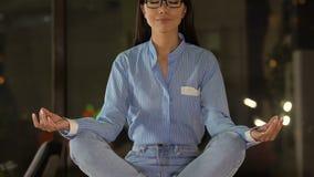 妇女坐在莲花坐,重音减少和内在平衡的办公室工作者 影视素材
