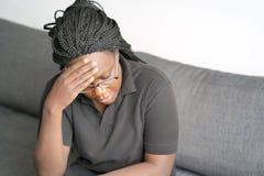 妇女头疼紧压她的头 免版税库存图片