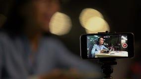 妇女射击的录影博克或vlog关于在网上挣低息贷款,广告 股票录像