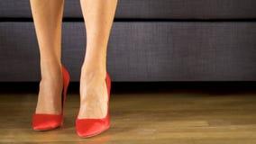 妇女在显示性感和亭亭玉立的长的腿的红色高跟鞋走肉欲上 影视素材