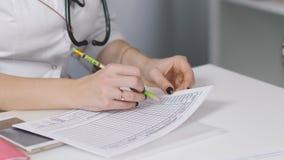 妇女医生在叶子写任命和抚摸他的手给女孩 股票视频