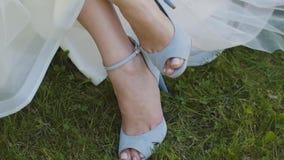 妇女投入手关闭浅景深的鞋子 新娘紧固在豪华高跟凉鞋坐的拉链 股票视频