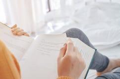 妇女是看书在屋子里 图库摄影