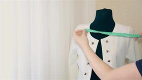 妇女设计师尝试在时装模特的衣裳的妇女的衣物 股票视频