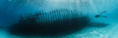妇女轻潜水员探索的船击毁 免版税库存图片