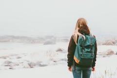 妇女背包徒步旅行者身分单独室外 免版税库存照片