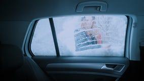 妇女通勤者司机从雪清洗车窗 影视素材