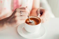 妇女递拿着一杯咖啡 库存照片