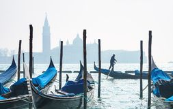 威尼斯,意大利- 02 23 2019年:有精密长平底船的威尼斯全景 威尼斯、意大利和江边圣马克广场的都市风景图象 图库摄影