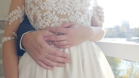 婚姻的夫妇,人拥抱妇女,手,特写镜头,慢动作,关系 影视素材