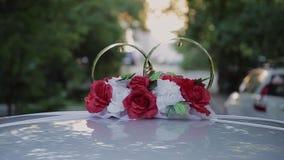 婚礼装饰和风景在看法金黄圆环由汽车屋顶 股票视频