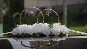 婚礼装饰和风景在看法金黄圆环由汽车屋顶 股票录像