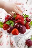 婴孩手采取从盘的一个成熟草莓 健康快餐 图库摄影