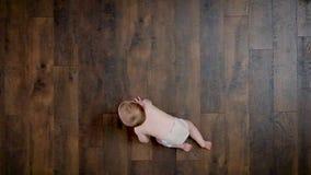婴孩爬行的大角度景色 影视素材