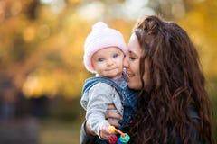 婴孩藏品母亲 免版税库存照片