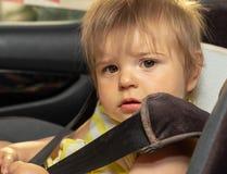 婴孩 女孩 坐 汽车 位子 顶头射击 免版税库存图片