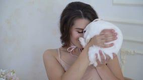 嫩孕妇30岁亲吻一个小的白色野兔4k 股票视频