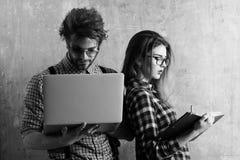 学生年轻书呆子夫妇怪杰玻璃的 免版税图库摄影