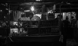 孟买,Maharastra/印度01-21-2019 卖新鲜水果汁的摊贩和他的帮手男孩 免版税图库摄影