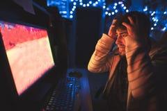 害怕游戏玩家打在计算机上的可怕比赛和恐惧 免版税库存照片