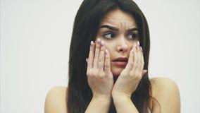 害怕疯狂的女孩得到了摩擦她的在她的嘴的很多重音手指 背景查出的白色 股票录像