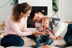 家庭、圣诞节、x-mas、冬天、幸福和人概念 库存图片