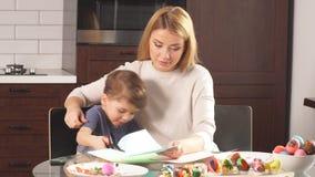 家庭为假日做准备 复活节和愉快的片刻概念 股票录像