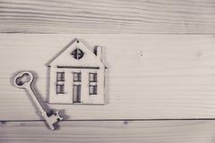 实际概念的庄园 小有钥匙的玩具木房子 库存照片