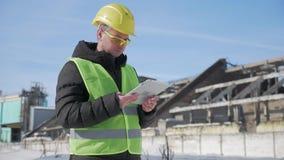 安全帽的工程师在产业工厂使用一台片剂计算机 影视素材