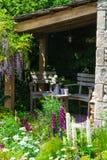 安置在一个美丽的庭院里放松 库存图片