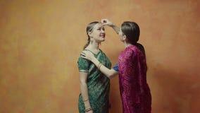 对心爱的朋友的女性黏附的红色bindi点 影视素材