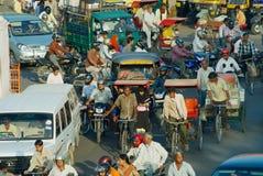 对城市的拥挤的街的看法在晚上高峰时间在斋浦尔,印度 免版税图库摄影