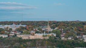 对利维市夜timelapse的下午,我们的胜利教会的夫人有秋天颜色的 股票录像